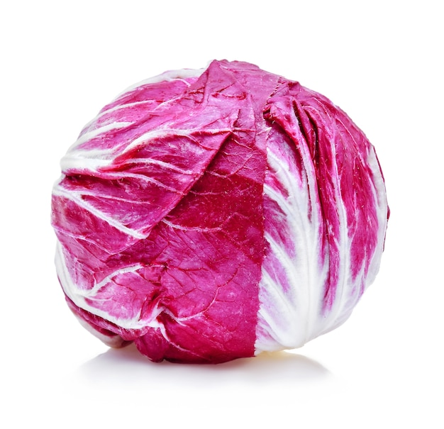 Радиккио, красный салат, изолированные на белом фоне