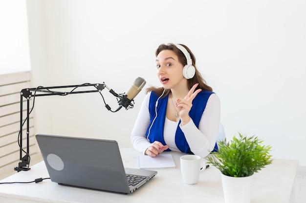 라디오, 블로깅, 팟 캐스팅 개념-라디오에서 dj로 일하는 젊은 여자.