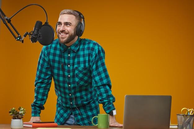 スタジオで働くラジオ放送局