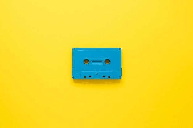 黄色の背景のカセットとラジオの概念