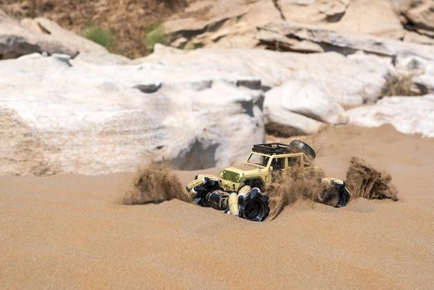 모래 위에 전기 엔진이 달린 무선 조종 버기 자동차. 오프로드 랠리