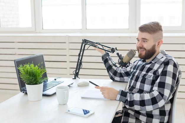 ラジオ、dj、ブログ、そして人々のコンセプト-ラジオでdjとして働いている男性。