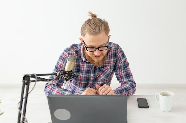 ラジオホストの概念-ラジオ局でラジオホストとして働いているハンサムな男