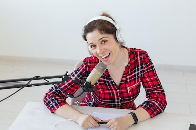 라디오 호스트 개념-헤드폰으로 여자 라디오 발표자의 초상화