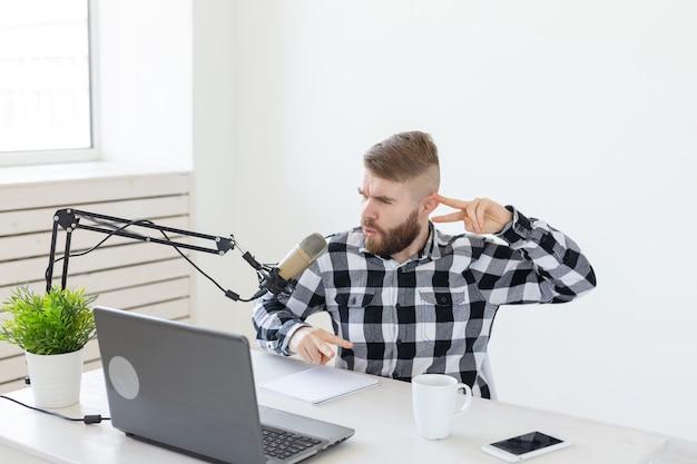 라디오 호스트, 유영 및 블로거 개념-라디오 방송국에서 라디오 호스트로 일하는 잘 생긴 남자