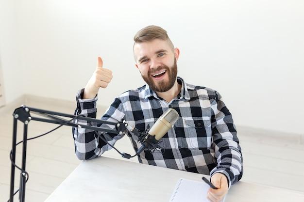 라디오 호스트, 유영 및 블로거 개념-엄지 손가락을 몸짓으로 웃는 남자의 초상화, 호스팅