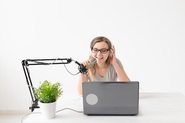 라디오 호스트, 스 트리머 및 블로거 개념-라디오 방송국에서 라디오 호스트로 일하는 여자