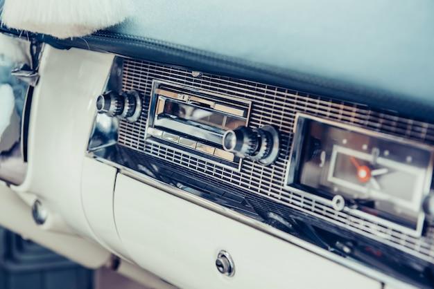 Радио в приборной панели в интерьере старого винтажного авто