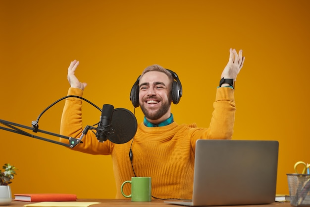 仕事中にラジオプレゼンター