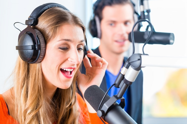 방송 라디오 방송국의 라디오 발표자