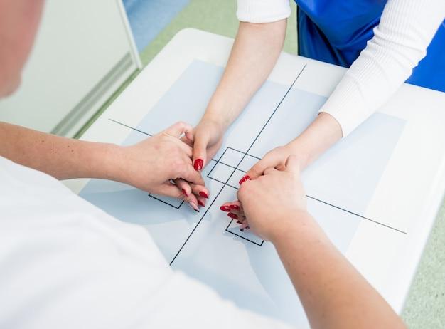 Рентгенолог и пациент в рентгеновском кабинете.