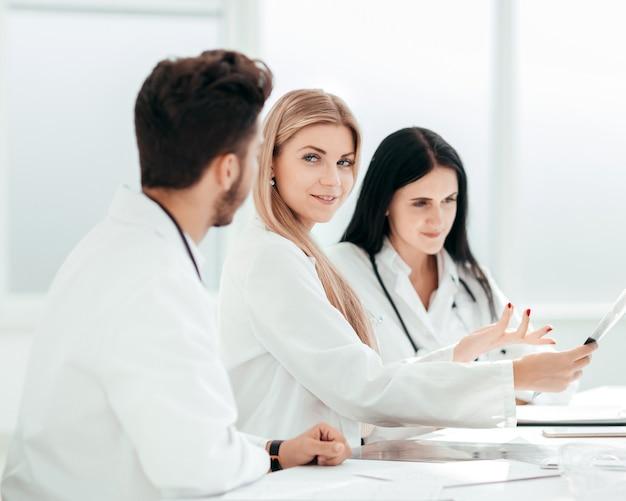 同僚にx線を見せている放射線科医。健康の概念