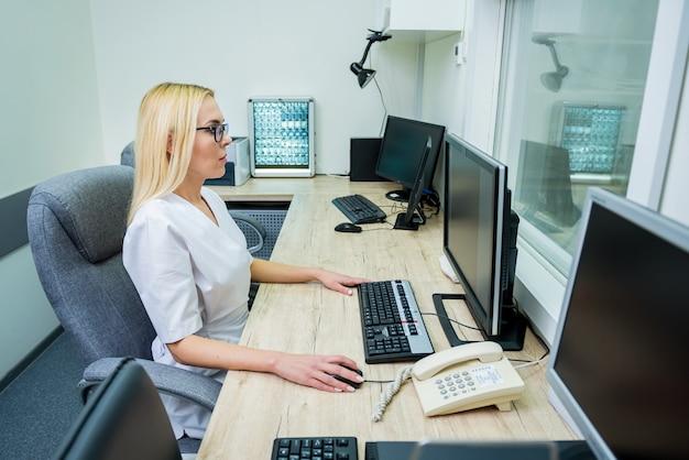 病院のmriの制御室にいる放射線科医。