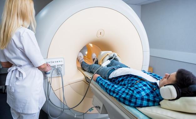 放射線科医はmri膝検査のために患者を準備します