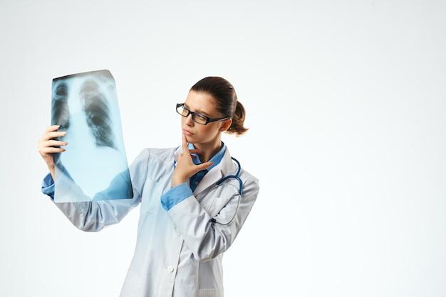 Радиолог с изолированным фоном здравоохранения рентгеновского снимка. фото высокого качества