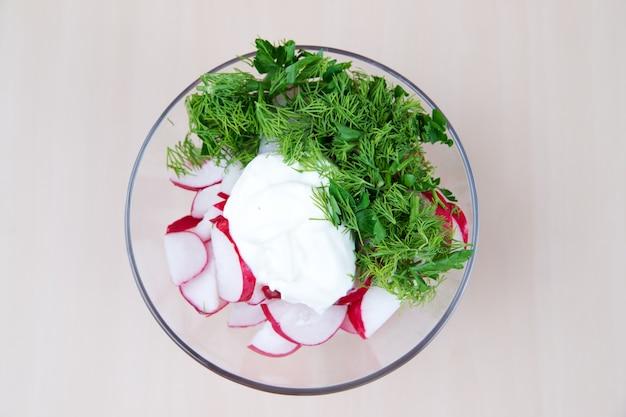 Салат из редиса с зеленью и соусом