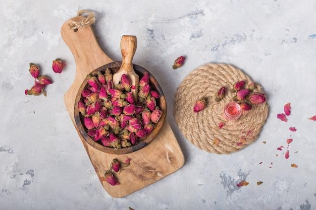 白い背景の上の伝統的なトルコのバラのつぼみ茶。ドライフラワー、花びら。健康的なライフスタイルのコンセプト