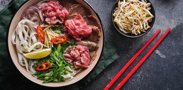 Традиционный вьетнамский суп фо бо. концепция азиатской кухни. вид сверху.