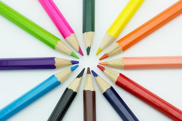 白い背景にある多色の鉛筆からの半径。