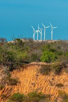 브라질 포르탈레자 세아라(fortaleza ceara) 근처 아라카티(aracati)의 바다와 풍력 터빈의 뗏목
