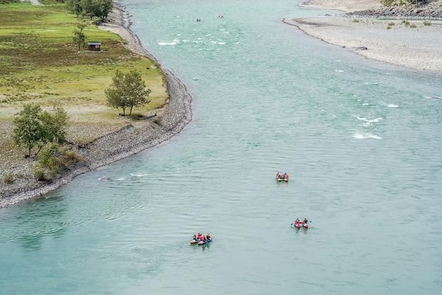 山川をラフティングする垂木。写真は秋にアルタイ山脈のカトゥニ川で撮影されました