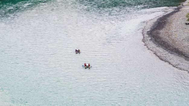 山川をラフティングするラフティングは、秋のアルタイ山脈のカトゥニ川で撮影されました