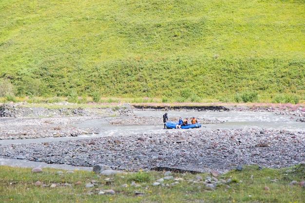 래프팅과 강 풍경과 조지아 주 타(juta)의 전망. 보트에 있는 사람들.