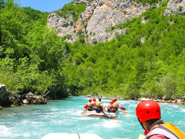 빠른 산 강에서 래프팅 보트