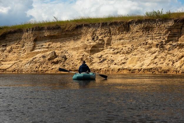 ヨーロッパの川でインフレータブルボートに乗って川をラフティング。