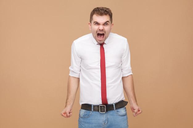 Чувствую ярость. крик бизнесмена. концепция деловых людей, хорошие и плохие эмоции и чувства. студийный снимок, изолированные на светло-коричневом фоне