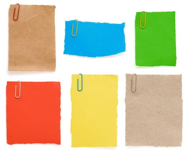 Рваная бумага для заметок и скрепка, изолированные на белом фоне