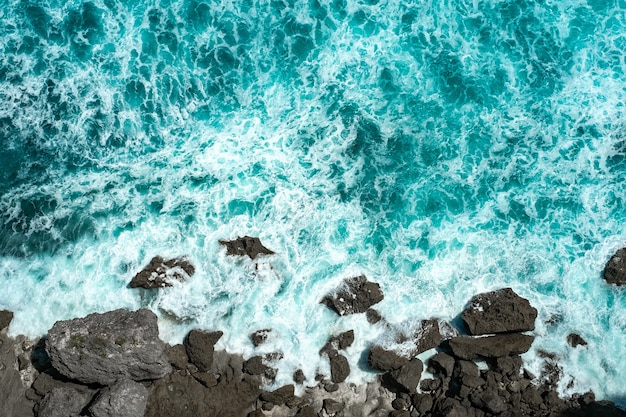 성난 푸른 바다 파도가 물에 거품과 바위에 휴식
