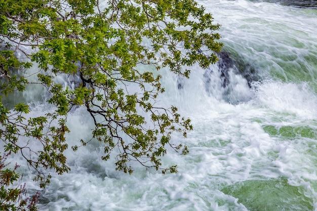 Бешеный торрент льется из озера лох-морар