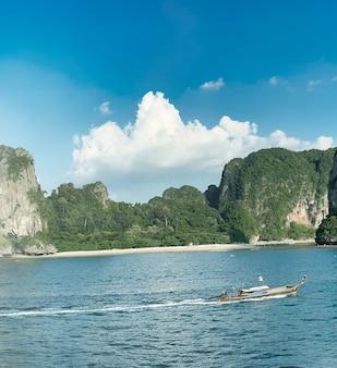 ライレイビーチのパノラマ空中写真、タイ。クラビ市とアオナンの間にある小さな半島です。
