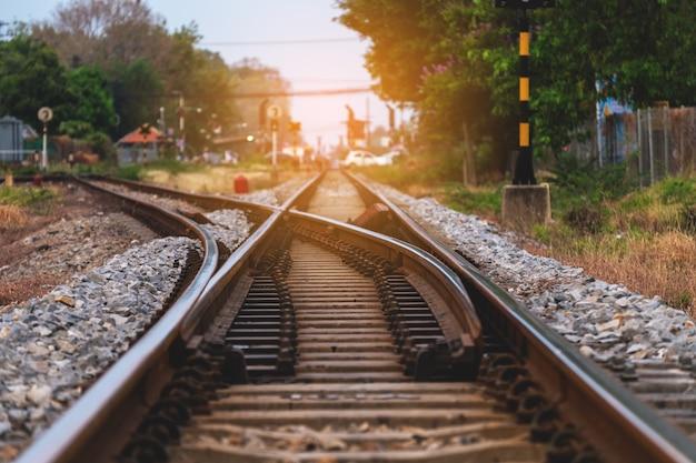 夕日の美しい空への鉄道