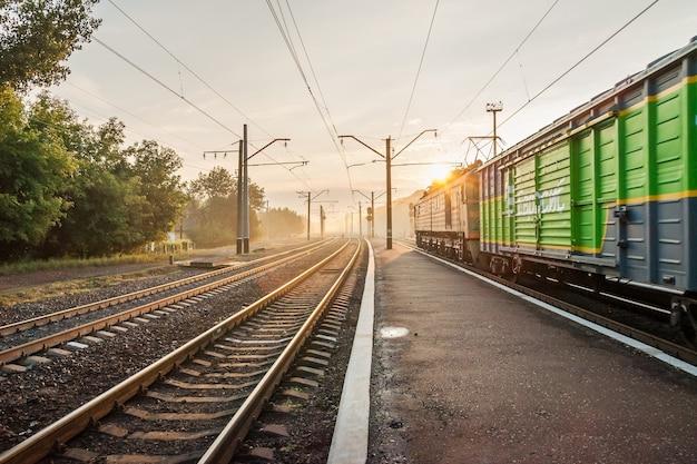 Железнодорожный переезд и поезд