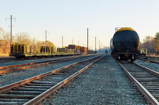 秋の線路沿いに紅葉の色とりどりの木々が生い茂る街へ向かう秋の鉄道