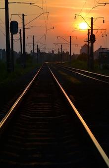 Железнодорожные пути на рассвете заката