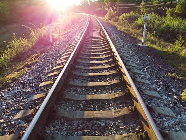 明るい朝日が昇ると線路がキラキラと輝きます。