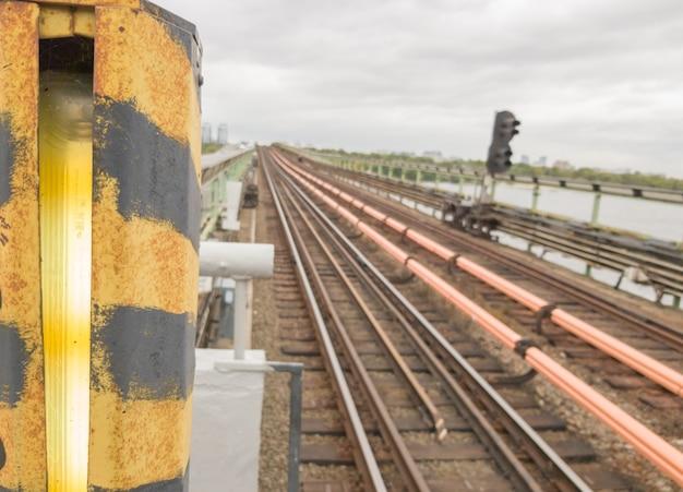 鉄道は、屋外の橋の上で地下鉄を追跡します。鉄道、市内の鉄道。旅行のコンセプト、電車の旅、休息。都市のメトロ交通。