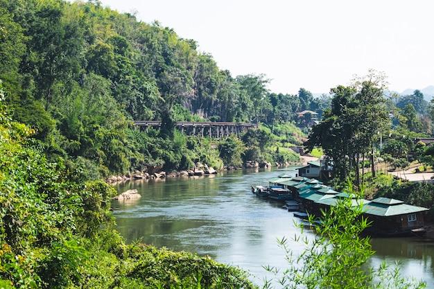 Железная дорога вдоль реки и леса в азии