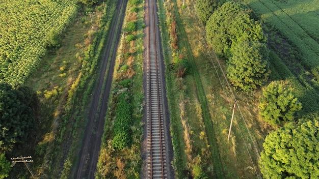 Железная дорога и вид сверху зеленой травы