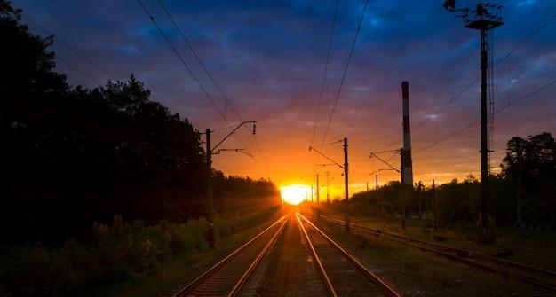 日没または夜明けの鉄道