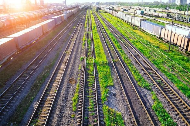 操車場の日没時の鉄道、貨物列車の鉄道車両。