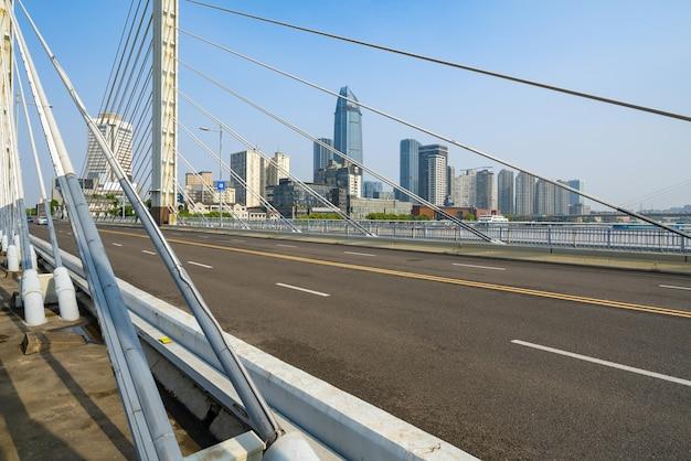 中国寧波の鉄道橋と高速道路