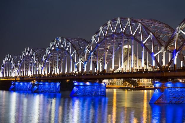 Железнодорожный мост ночью в риге, латвия