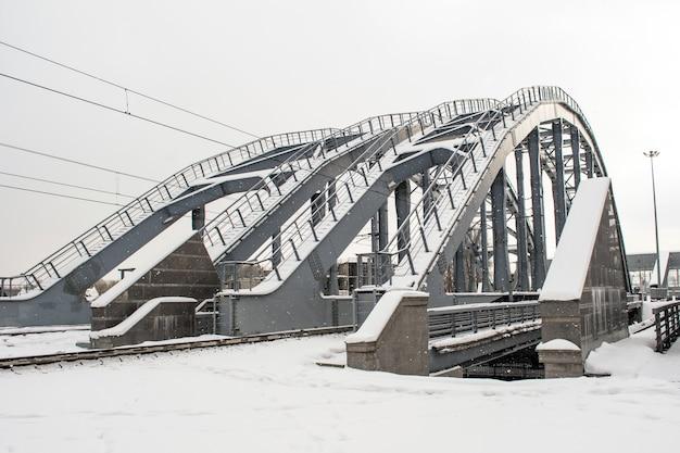 雪の中で冬の鉄道橋。