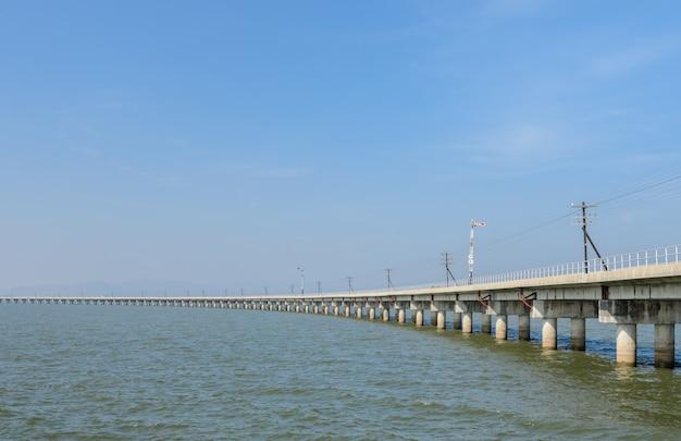 태국에서 호수 건너 철도 교량 리드