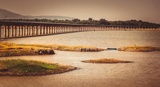 Железнодорожный мост через плотину пасак чонласит лопбури, таиланд