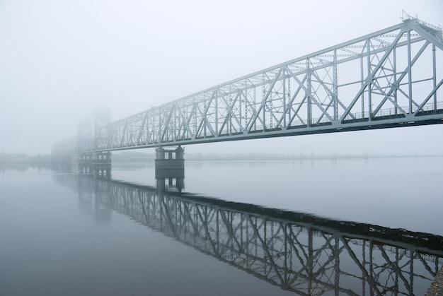 川を通る鉄道橋。